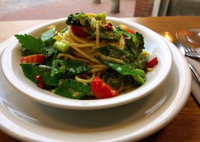 Neue Heimat Spaghetti-mit-gruenem-Gemuese-in-einer-Cocos-Chili-Ingwersauce