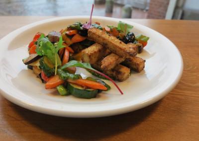 Neue Heimat Gemuesepfanne-mit-Tofu-und-Korianderdip